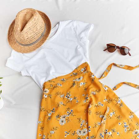 vêtements aux couleurs vives pour les chaudes journées d'été. photo vue de dessus. concept de mode et de design Banque d'images