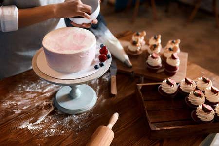 leckerer Kuchen mit Joghurtcreme, Nahaufnahme abgeschnittenes Foto. hausgemachter Keks zum Jubiläum Standard-Bild