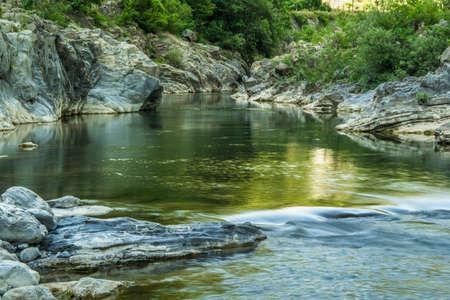 Geweldig schilderachtig uitzicht - het kalme water van de rivier in de bergen