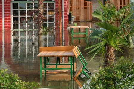 El aumento del nivel de agua de las lluvias en la casa del patio delantero, concepto - malas condiciones climáticas Foto de archivo - 99196462