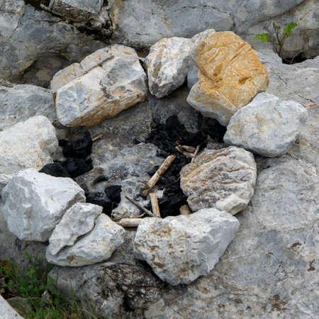 Extinct stone campfire place. Traveling, adventure outdoor activity Banque d'images
