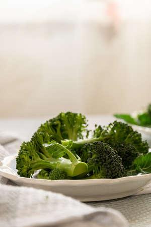 Preparación de floretes de brócoli crudo para cocinar, cocinar verduras frescas, ingrediente saludable, naturaleza muerta