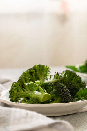 Rohe Brokkoliröschen zum Kochen vorbereiten, frisches Gemüse kochen, gesunde Zutat, Stillleben