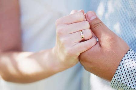 Jonggehuwden wisselen ringen uit op hun trouwdag