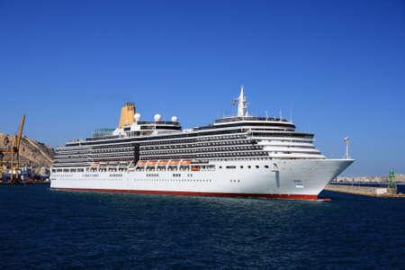 going out: Cruise andando fuori dal porto Archivio Fotografico