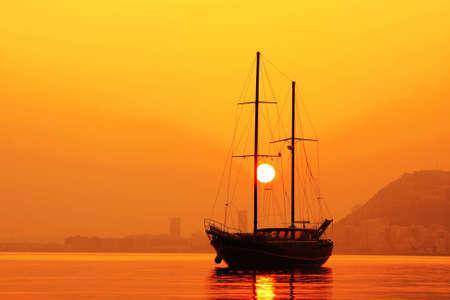 yacht race: Gulet anclado en la Bah�a de Alicante, Espa�a