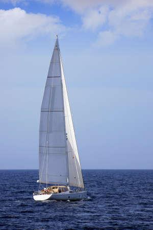 bateau voile: Sloop voile dans les eaux libres Banque d'images