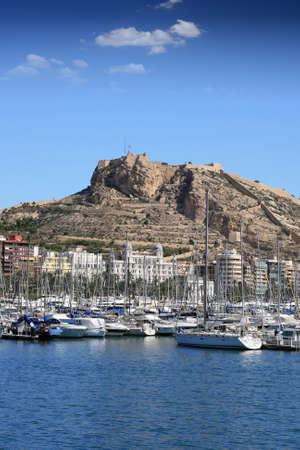 edificación: Puerto y Fuerte de Santa B�rbara en Alicante, Espa�a Foto de archivo