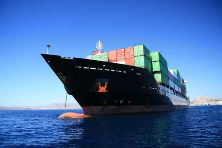 containerschip: Grote container schip verankerd in Alicante baai; Spanje Stockfoto