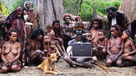 aborigen: Uso de la computadora portátil Editorial