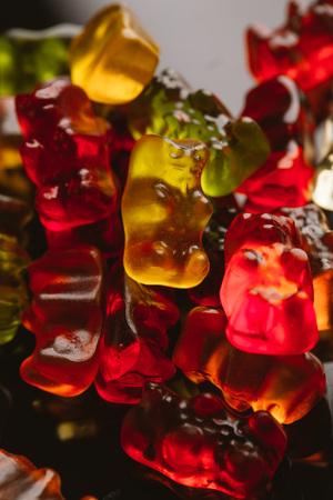 gummi: gummi bears close-up on a dark background.
