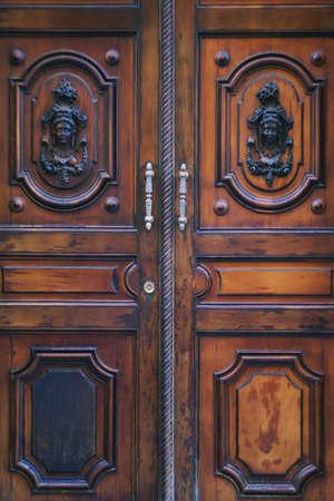 アンダルシア カディス中心で茶色の木製の古いドア
