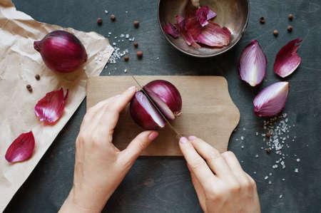 Mano cortar la cebolla roja