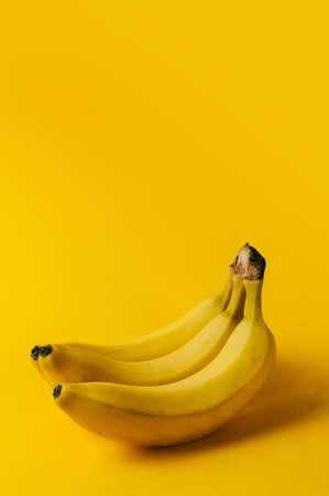 platano maduro: plátano maduro en el fondo amarillo