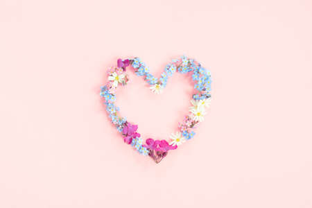 Heart shape made of fresh flowers, tender pink composition Stockfoto