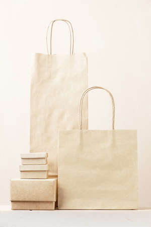 Disposable recycling packages, paper bags and boxes on the table Stockfoto