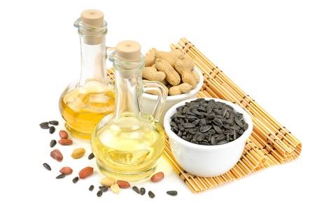ヒマワリの種、ピーナッツ、油、白い背景で隔離のボトル