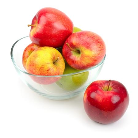 ガラスの白い背景で隔離のおいしいリンゴ