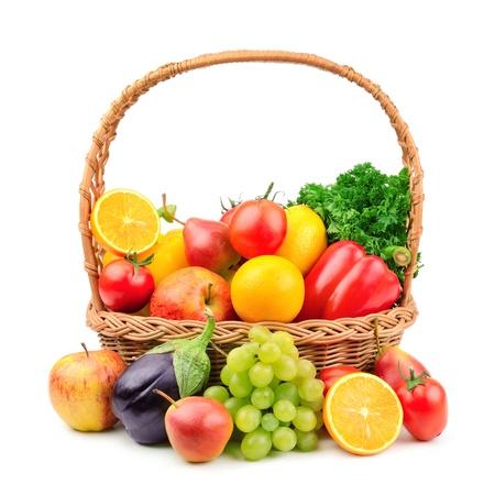 cesta de frutas: frutas y verduras en una canasta de mimbre Foto de archivo