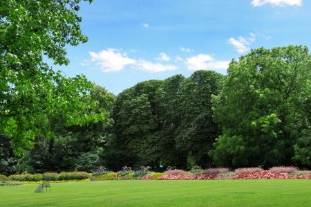 Park met gazons en bloemperken voor wandelingen en rust