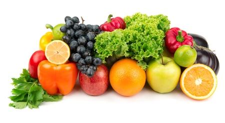 ensalada de frutas: Conjunto de diferentes frutas y verduras aislados sobre fondo blanco