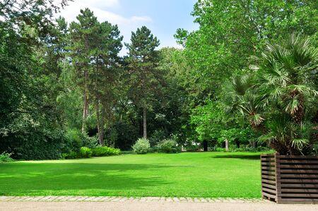 beau parc et des pelouses vertes