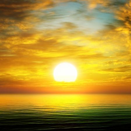 海の向こうの太陽の上昇