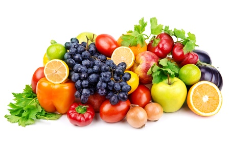 jugo de frutas: Conjunto de diferentes frutas y verduras aislados sobre fondo blanco