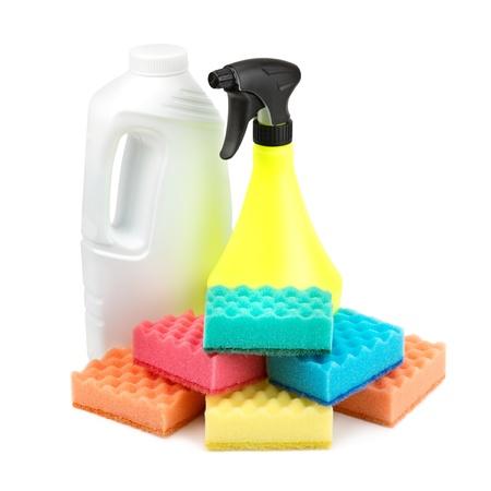 spray fles en een set van sponzen geïsoleerd op witte achtergrond Stockfoto