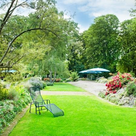 mooie zomer park met groene gazons en bloemperken