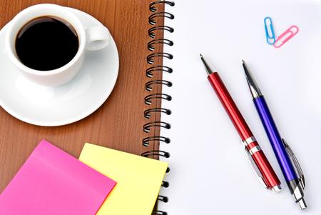 art�culos de oficina y de la taza de caf� aislados en el fondo blanco photo