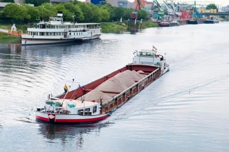 chaland et bateau sur le fleuve