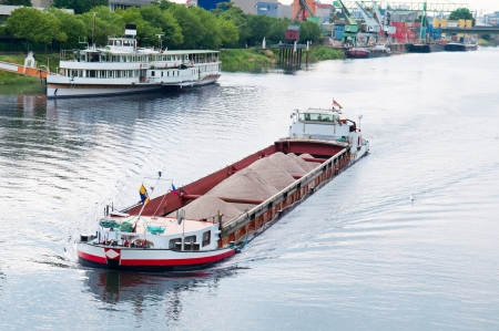 Kahn und Boot auf dem Fluss