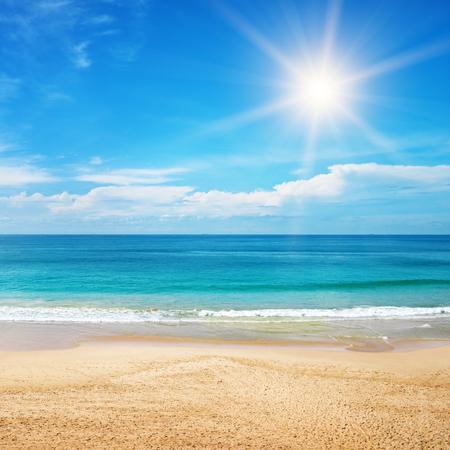 cielo y mar: hermoso paisaje marino y el sol en el fondo del cielo azul