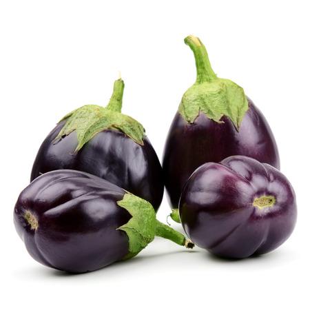 rijpe aubergines op een witte achtergrond Stockfoto