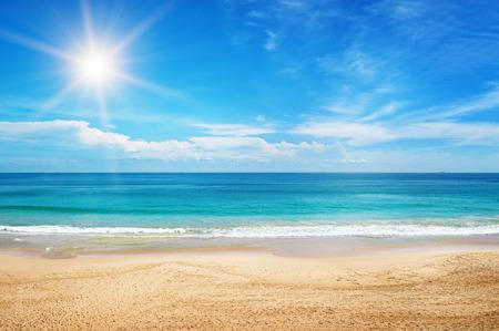 zeegezicht en zon op blauwe hemel