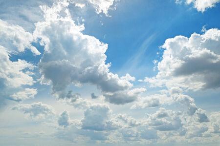 the sky clear: ligeras nubes en el cielo azul Foto de archivo