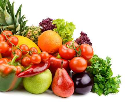 ensaladas de frutas: frutas y vegetales sobre fondo blanco Foto de archivo