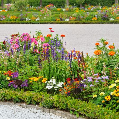 美しい花壇のある公園の路地