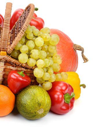 verduras y frutas en una cesta aislada en el fondo blanco