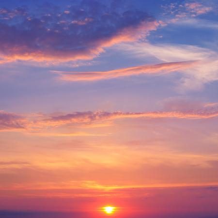 美しい日の出と積雲の雲