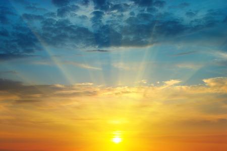 ciel nuages: beau lever de soleil et de ciel nuageux