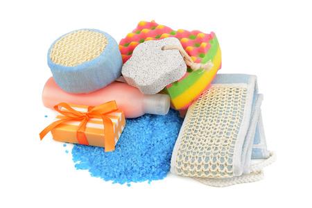 utiles de aseo personal: jabones y esponja aislados sobre fondo blanco Foto de archivo