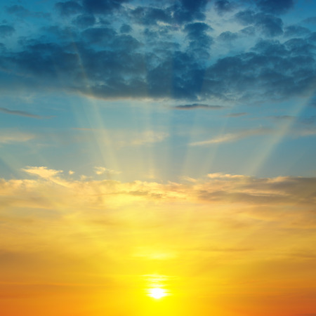prachtige zonsopgang en bewolkte hemel Stockfoto