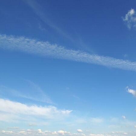 cielo azul: luz de nubes en el cielo azul