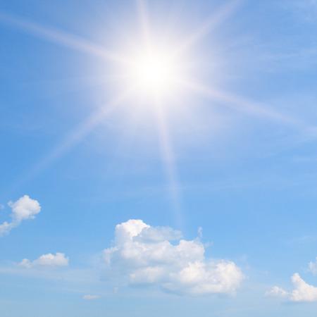 zon op blauwe hemel met witte wolken