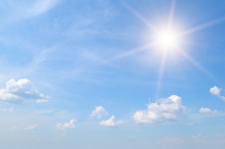 sol: sol en el cielo azul con nubes blancas