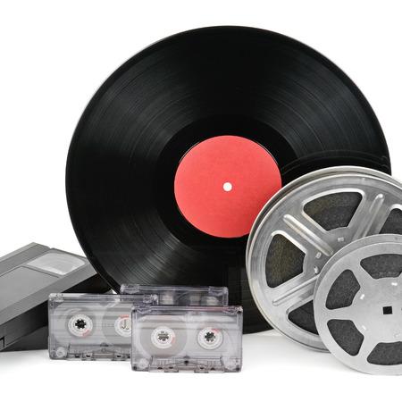 videocassette: cintas de audio, discos y tira de película aislados sobre fondo blanco
