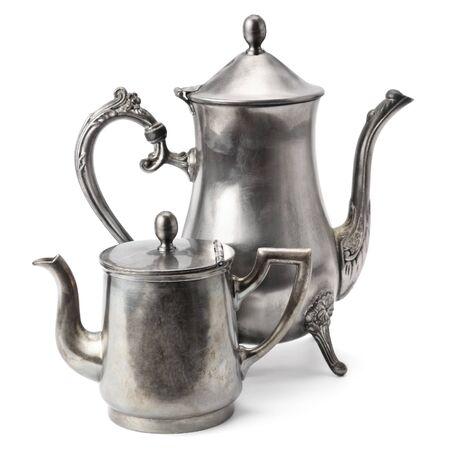 cocina antigua: vieja olla de caf� aislada en el fondo blanco