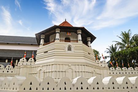 templo: Templo budista de la Reliquia del Diente (Sri Lanka, Kandy) Foto de archivo